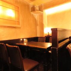 現在コロナ対策としいて少人数用テーブル席の席区間にパーテーションを設置しております。