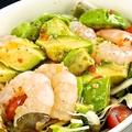 料理メニュー写真アボカドと小海老サラダ