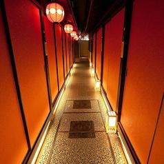 【廊下】焼肉TAJIRI 四条烏丸店は落ちついた和の雰囲気溢れる店内です。廊下には天井から吊るされるまん丸の赤い提灯がより一層雰囲気を演出しています。新鮮な海鮮を使用した料理が含まれるプランも多数揃えております。もちろん、和食以外のメニューもバラエティ豊富にご用意しております。