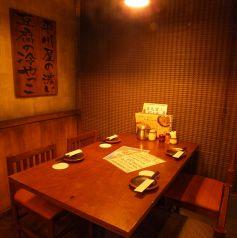 【4名様半個室】当店は簾(すだれ)にて4名~20名様まで対応可能な半個室がございます。九州の古民家をイメージした隠れ家のような個室でゆっくりと会話や料理をお楽しみいただけます。少人数でのお食事やプチ宴会、女子会にも是非、居酒屋 博多道場 渋谷新南口店をご利用ください。