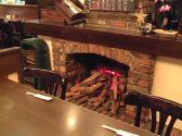 ホール中央の暖炉がいい感じ!
