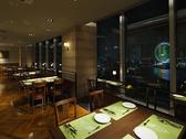 夜景の見える席でリッチなディナーはいかがですか?