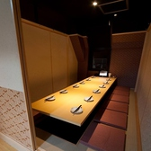 10名様までご利用いただける個室となっております!合コン、女子会、記念日、誕生日にオススメの席です!飲み放題付コースは3000円~とリーズナブルな価格となっておりますので、是非ご注文くださいませ!