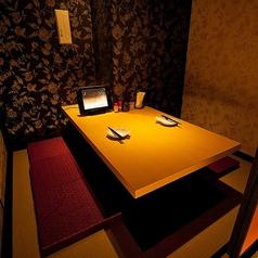【2名席】デートにもぴったりな少人数様用の個室です。周りを気にすることなく二人だけの空間でお食事をお楽しみいただけるお席です。大切な恋人やご友人とじっくり語り合うのにも最適です。