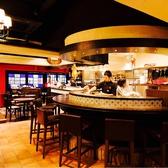 ◆店内の中央のカウンター席◆お仕事帰りのお食事やデートにも◎普段使いから誕生日・記念日シーンも◎