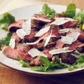 料理メニュー写真牛リブロースのタリアータ グラナパダーノチーズとルッコラ