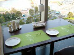 景色が一望できるカップルシートでは贅沢ランチを!