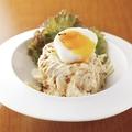 料理メニュー写真炙りベーコンと半熟卵のポテトサラダ