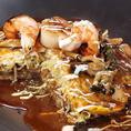 気軽に召し上がれる鉄板焼きメニューも充実!外はさくっと中はホカホカの天神の広島風お好み焼きは大人気です
