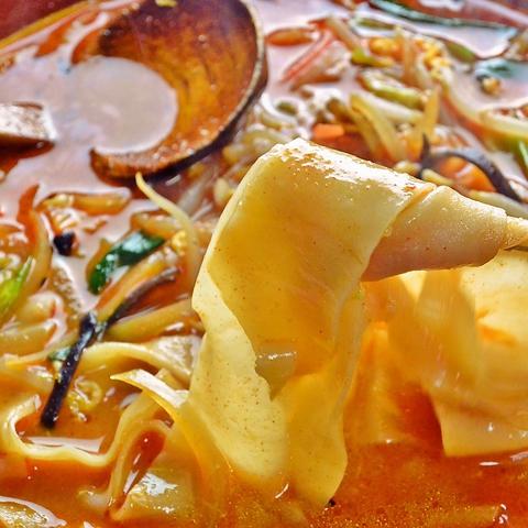 帯のように平べったい麺が特徴の、ここでしか食べられない帯らーめん。
