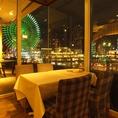 夜景を一望できるテーブル席!デートにオススメ。