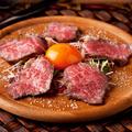 料理メニュー写真炙りアンガス牛のカルパッチョ~わんぱく卵黄とトリュフ塩~