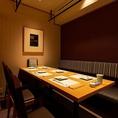 寛ぎに満ちた上質な店内には、人数に合わせてご利用いただけるテーブル席を完備しています。お隣のテーブルとの間には簾が下りますので、半個室に近い状態でご案内できます。