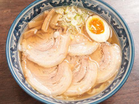 とりガラベースの黄金スープとオーナーこだわりの手打ち麺が絡み合う!!