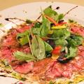 料理メニュー写真自家製ローストビーフのカルパッチョ 香味野菜添え