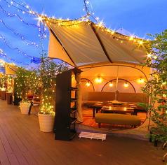 丸いローテーブルが少しノスタルジックでかわいい♪ 秘密基地のような特別感があるテントですが、おうちのようにリラックスしてお過ごしいただけます!