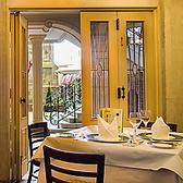 カフェ席。オープンカフェスタイルで。ケーキセットやドリンク、アルコール、軽食もご用意しています。