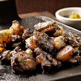【名物♪地鶏の炭火焼き】根強い人気!!!刺身でも食せる新鮮地鶏を強火の炭火で一瞬のうちに焼き上げ、中はふっくらジューシー、外は香ばしくパリパリに仕上げております。素材の持つ旨みが強いため、シンプルに奄美の海塩でいただくのがおすすめ。お好みで自家製柚子胡椒もぜひお試しください。