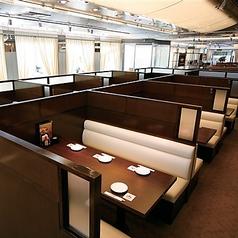 両側ソファーのボックス席。広々としたテーブルは使い勝手もよし◎2名様~少人数でご利用可能の席も多数ご用意♪お集まり、デートなどにおすすめです!人気のお席の為、すぐに埋まってしまいます。ご予約も随時承ります♪