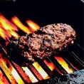 赤身肉のステーキのような風味が楽しめるハンバーグを食べたい方必見!素材はもちろん牛肉100%!極粗挽きの挽肉に、塩、胡椒などの最低限の調味料だけ使い、肉の味を引き出しています。