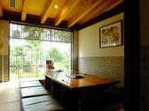 旅館の一室を思わせる風情ある掘りごたつ個室。