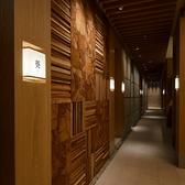 それぞれのお部屋へと通ずる通路にもこだわり、障子扉を開けると数寄屋造りのゆったりと配置された個室へと誘う、和の雰囲気をふんだんに盛り込んだ都内とは思えない造りとなっております。外国人のお客様にもご満足頂ける特別な空間です。