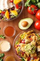 カスタムサラダ★チキン、トッピング、ドレッシングを組み合わせてお好みの味を見つけてください♪