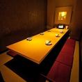【10名席】10名様が一つのテーブルを囲んでお座り頂ける掘り炬燵式の個室です。大人数でも離れてしまう、、なんてことはなく全員の顔を見渡すことの出来る人気のお席です。歓迎会・送別会・各種ご宴会にご利用ください♪