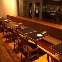 窓際にはベンチソファと椅子の4名様掛けテーブル席をメインフロアとキッチンの向かえにそれぞれ4卓ずつご用意しております。ゆっくり寛げるので女子会にもオススメです!