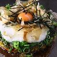 【AKIBA-ICHI店限定】メニューが2つございます。「UMAMI焼(うまみ焼き)」従来のキャベツでなく、出汁の旨みをたっぷり含んだ白菜を使用したお好み焼きです!出汁の風味と卵の相性が抜群です♪「明太バター醤油焼きそば」和風出汁をきかせ、バター醤油ソースで仕上げました。