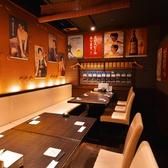 テーブルを繋げて最大12名様までご利用可能の半個室です。