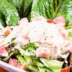 料理メニュー写真カリカリベーコンとロメインレタスのシーザーサラダ