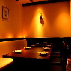 テーブル個室、6~9名様。ご友人との少人数の飲み会や合コンに最適!お得なコース飲み放題付きコースの御用意もあります。丸の内で居酒屋をお探しの際は是非郷どり燦鶏をご利用ください!本格焼き鳥を美味しい地酒とご一緒にお召し上がりください。