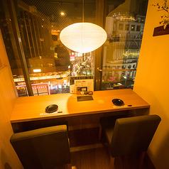 窓際のカウンター席。ゆっくり語らえるお席です。こちらはネット予約不可です。お電話にてお問い合わせください。