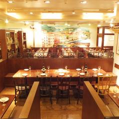 テーブルは一列配置もOK!会社の宴会Partyはもちろん、結婚式2次会にもお薦めの、大人可愛いお店♪