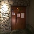 階段を上がっていただくとサンフラワーの入り口です。1階のM'z Cafeは系列店です。どちらもよろしくお願いします。
