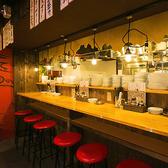厨房に面したカウンター席は、お一人様でも気兼ねなく飲んだり食べたりできる特等席。