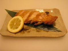 料理メニュー写真地鶏モモ焼き/三河赤鶏を岩塩だけで焼き素材の味を引き出しています。