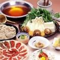 当店のもうひとつの名物「鴨そばすき」「鴨の味」という言葉が、特別においしいことの比喩に使われるほど、日本人を魅了してきた鴨。歯ごたえがあり、しっかり引き締まった旨みたっぷりの鴨肉が鍋の味をより一層引き立ててくれます。ヘルシーでビタミンB群や鉄分が豊富な鴨を使用した絶品鍋、是非一度ご賞味下さいませ。