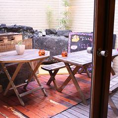 4~6名様まで利用可能◎中庭テラス席は夏季限定!焼き台もあるので、ご自身での浜焼きも可能!大人気のお席なのでご予約はお早めに!不定期でカツオや地鶏の藁焼きパフォーマンスもしているかも!?
