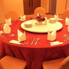 2Fホテル宴会会場:1卓10名様までご利用可能な円卓は参加者の満足度◎広い会場であいさつ回りもスムーズに行っていただけます。会場は30名様~最大90名様まで人数に合わせてご利用いただけます。
