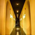 【グループ宴会に】洞窟のような雰囲気の個室はオシャレそのもの!両サイドに個室をご準備しておりますびで大人数様の宴会にも個室をご利用ください!