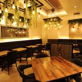 オリエンタルリゾートホテルのレストランをイメージした、シックなオトナの空間。