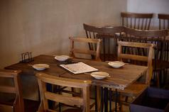 【大人数のパーティやグループ利用も可♪落ち着いた雰囲気あふれるテーブル席 】テーブルは移動が可能で、様々な人数のご対応が可能です!ふらっとでも宴会でも、シーンに合わせてご利用下さい☆