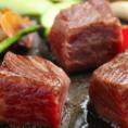 賽の目形だから美味しいこだわり焼肉。当店のコンセプトは、賽の目(サイコロ型)にした厚切り道産黒毛和牛を、全面じっくり焼き上げて、肉の旨味を逃がさず味わって頂く事です。肉職人が丁寧に手切りでご用意いたします。