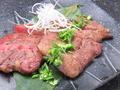 料理メニュー写真厚切り牛タンの葱塩焼き