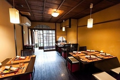 カウンター席の奥には4名様用テーブルが2つと2名様用テーブルが1つございます。