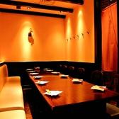 テーブル個室、2~8名様。大人数のご宴会、歓迎会・送別会などの宴会に最適なお部屋です!半個室なので周りを気にせず親しい友人や会社のご同僚と美味しいお酒とお料理をご堪能頂けます。丸の内での宴会、飲み会は郷どり燦鶏できまり!
