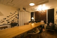 置くのカーテンで仕切った半個室はテーブルの配置を変えて14名様まで着席可能となっております。ソファー席もあるので宅飲み感覚も味わえます^^