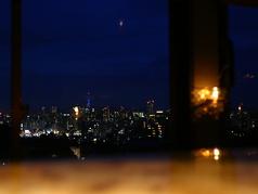 極上の夜景を眺めながらのお食事は至福の時間をお約束致します。